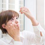 ニキビやニキビ跡に「目薬」をすると治るというけど本当?
